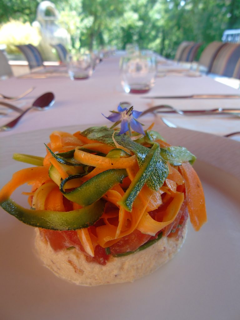 : http://www.damiendansvotrecuisine.com/presse-de-chair-de-tourteau-au-gingembre-tartare-de-tomates-et-meli-melo-de-legumes-croquants/ 